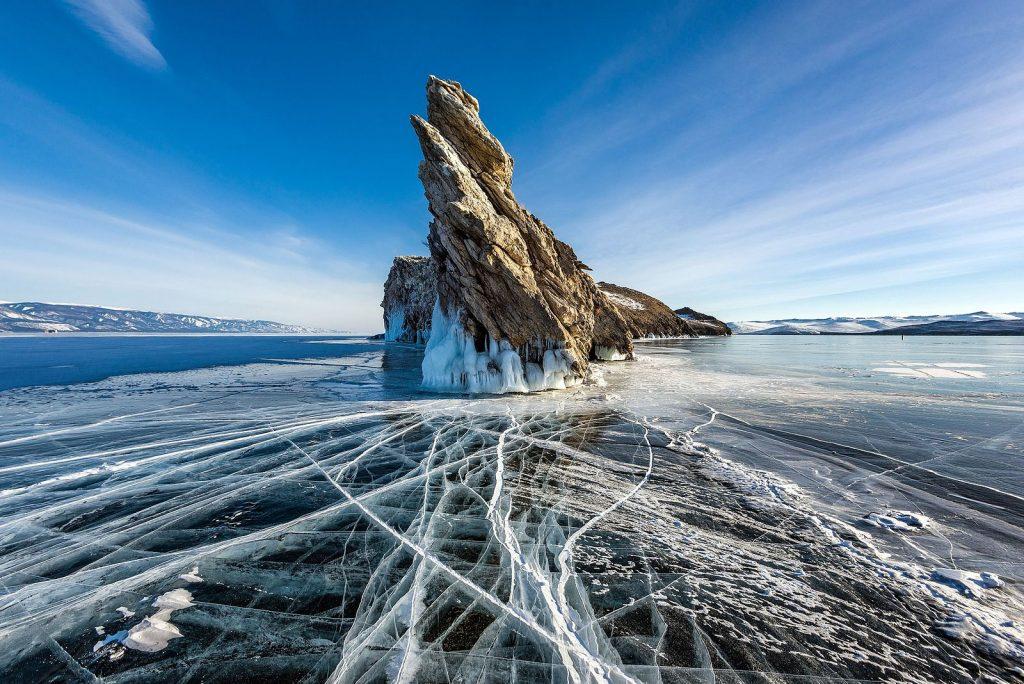 1e prix monde - L'île Ogoï sur le lac Baïkal en hiver, dans le Parc national Pribaikalsky, en Russie. Photo de Sergey Pesterev, CC-by-SA 4.0